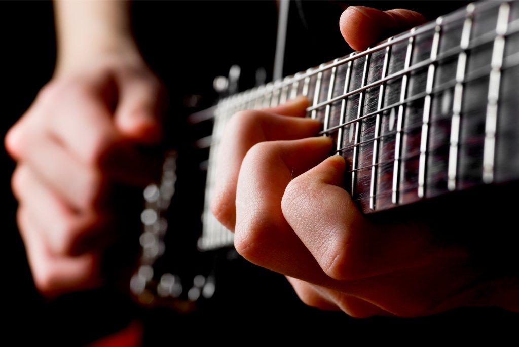 Je weiter uns unsere Reise als Musiker aber bringt, desto mehr erkennen wir, dass in Wirklichkeit die Beherrschnung der Basics der Weg zum Meistern des Instruments und aller Techniken ist.