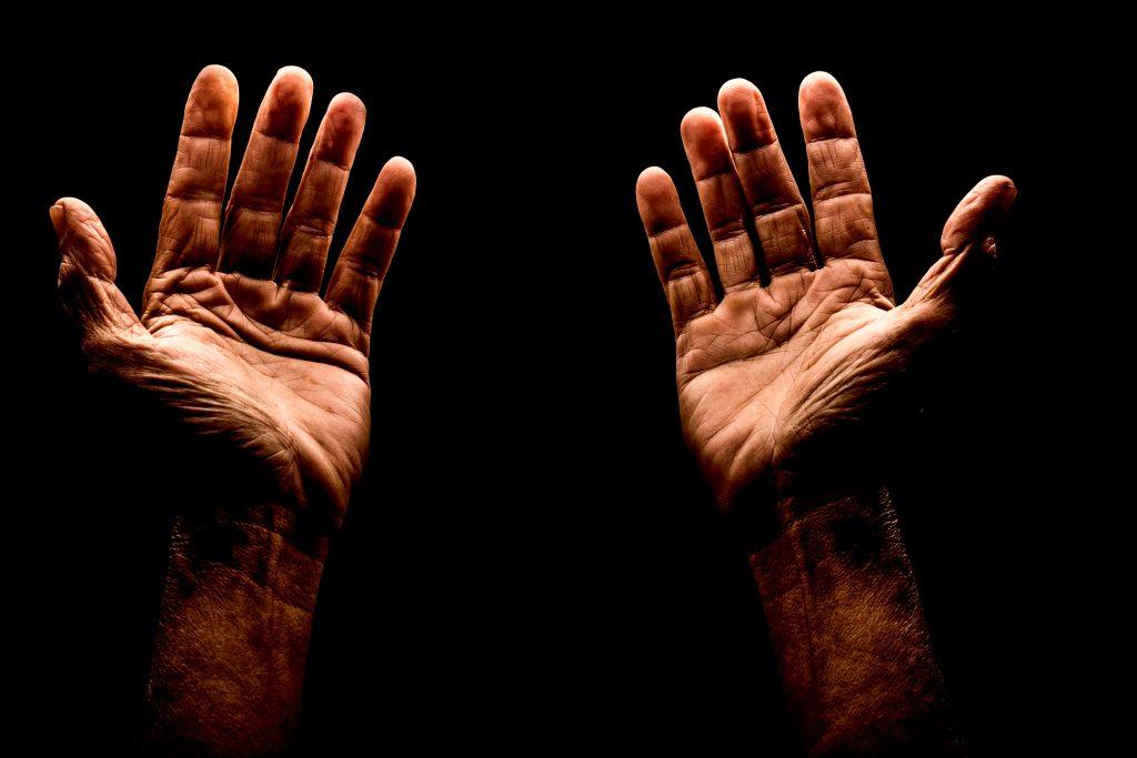 Bis jetzt hat sich noch jeder meiner Schülerinnen und Schüler über die eigenen Hände beklagt. Meistens scheinen die Finger zu kurz oder zu dick, eine Schülerin war allerdings auch schon ganz verzweifelt, weil ihre Finger zu lang wären.